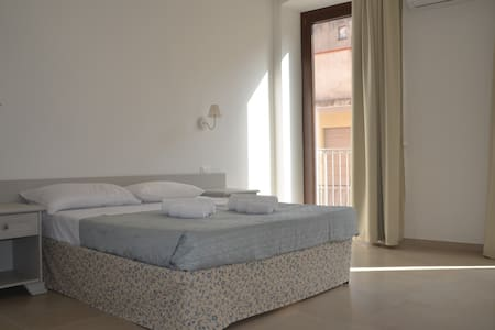 Camera da letto matrimoniale, con bagno privato, balcone affacciato su via Cagliari e divano letto