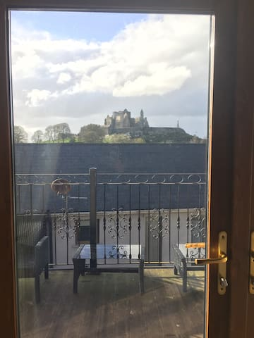 Modern Apt below Castle sleeps 3 - Cashel - Apartment