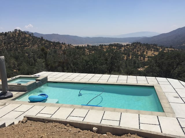 Secluded Mountain Retreat with Swimming Pool - Kern County - บ้าน