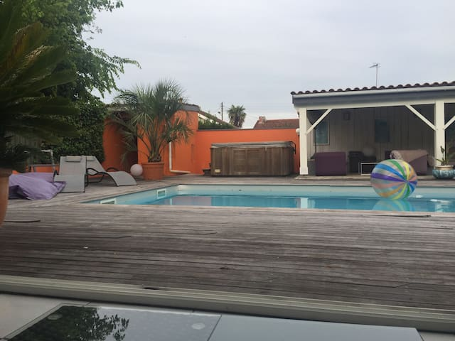 Maison piscine jacuzzi golf houses for rent in talence for Piscine talence