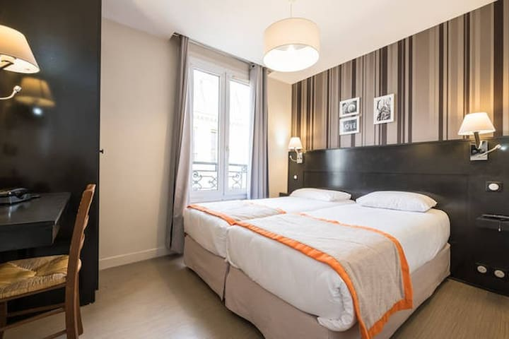 MONTMARTRE-Twin room with private bathroom