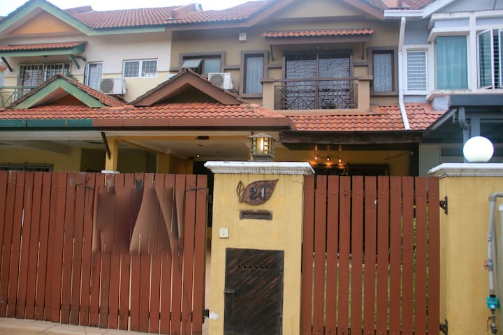 Cosy house in Puchong for relaxation - Puchong - Casa