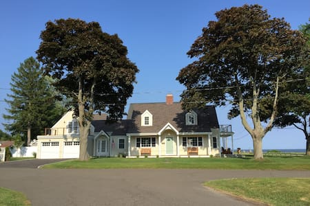 Charming Beach House Get Away - Stratford