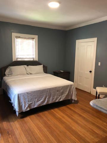 Newly remodeled Lg Bdr w/ King Bed - 1A