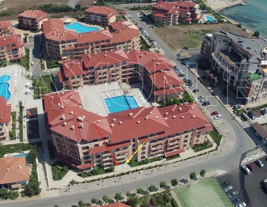 На территории комплекса расположены 4 бассейна.Круглосуточное видеонаблюдение