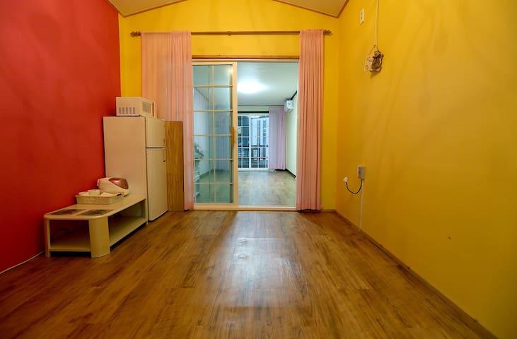 만리포해수욕장이 바로 눈앞에! 복층객실로 더 매력있는 너랑객실