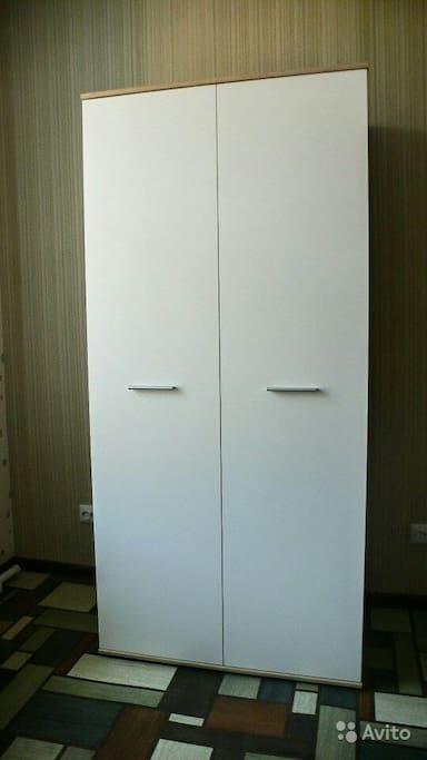 Вместительный шкаф с полками и штангой.