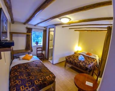 habitación de (1) cama doble (1) cama sencilla Con capacidad para (3) personas Baño Privado