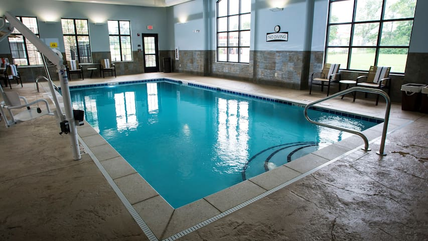 Studio Near U of Kentucky. Free Breakfast. Pool. Gym.