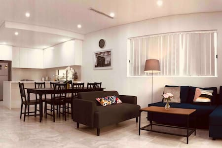 Brand new 5BR house minutes to Canley Height shops