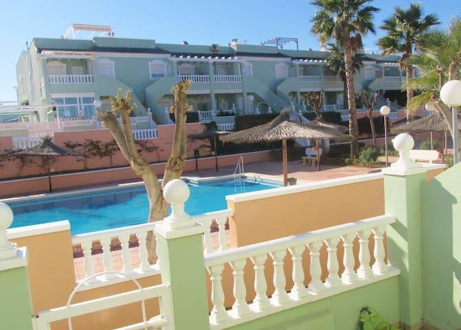 bungalow con vistas a la piscina