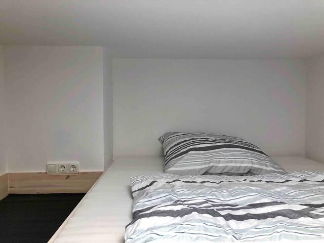 Das Bett ist 1,60x2,00M groß und sehr bequem. Neben dem Bett hast Du eine sehr große Ablage. Zudem findest Du zwei Steckdosen (Für Ladegeräte oder Lampen zum Beispiel) und einen Lichtschalter sodass Du auch das Licht von oben ausmachen kannst.