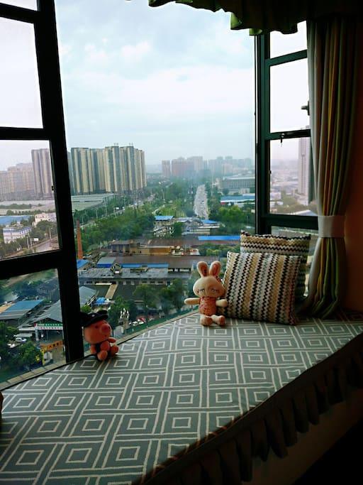 独坐窗台,温一盅清茶,可遥望高楼之崛起,亦可观行人之熙攘!