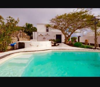 Villa Jardines y piscina privada (VILLA EL RISCO)
