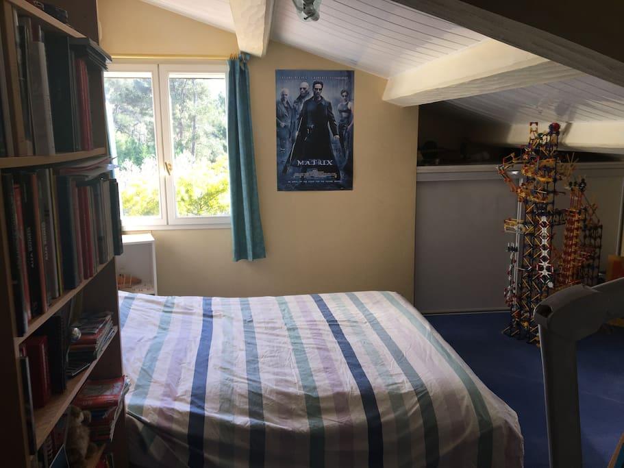 Chambre 2 mansardée avec lit 150 x 200