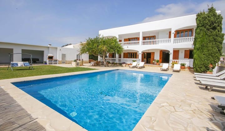 QUIET AND SPACIOUS HOUSE WITH POOL, BBQ, BILLIARDS, PING PONG; ONLY 2KM FROM IBIZA CITY & THE BEACH