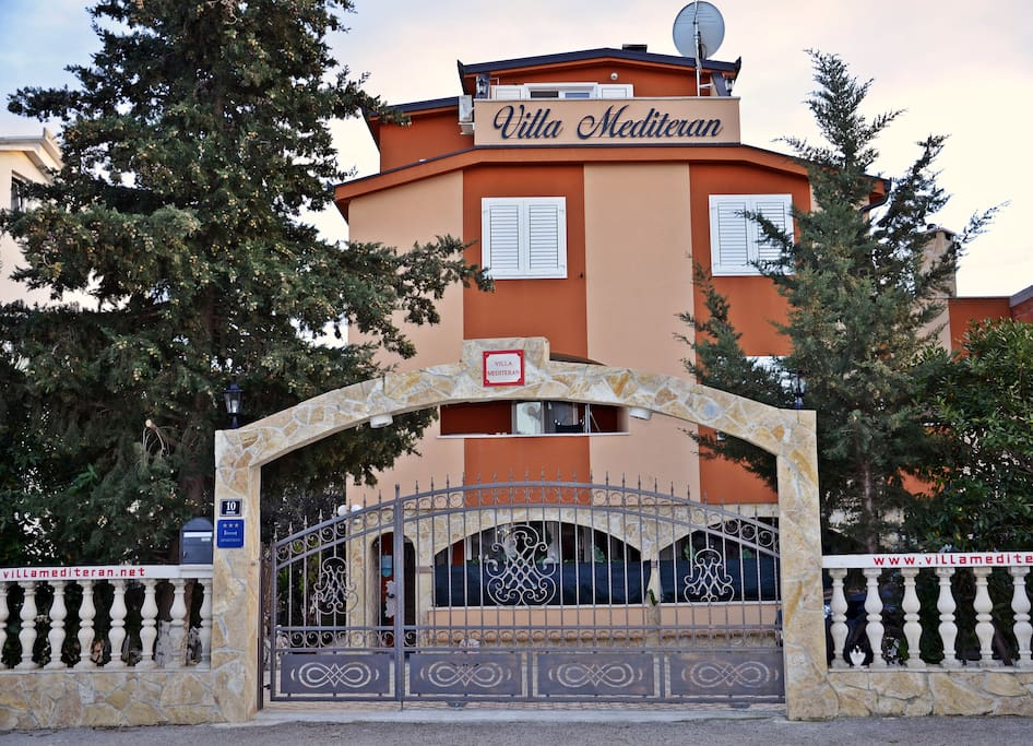 Villa Mediteran entrance