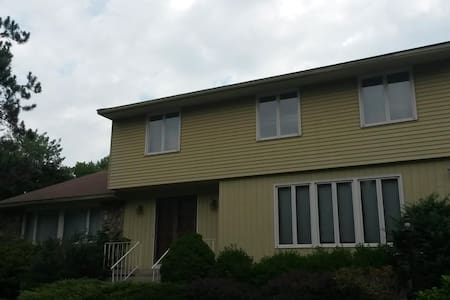 House on a Hill 15 min from UConn, 5 min off I-84 - Tolland