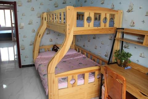 距避暑山庄步行5分钟,有儿童床的2居室,可预订鼎盛王朝演出打折票