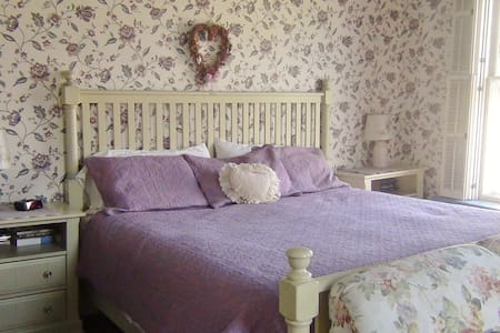 "Private ""Rose"" Room in Historic Downtown Vergennes - Vergennes"
