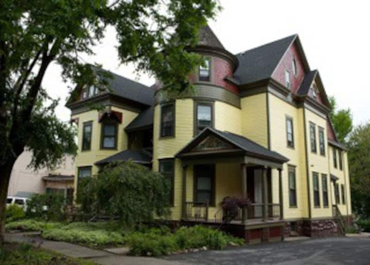 Walk to SU, Driscoll House, Two bedroom Townhouse