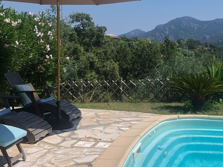 relaxing near the swimmingpool and enjoying beautiful views over the esterel mountains