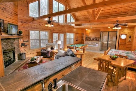 Luxurious Couples Retreat with Indoor Jacuzzi Spa - Cleveland - Jiné