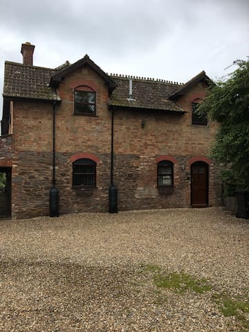 Self contained annexe cottage with ample parking