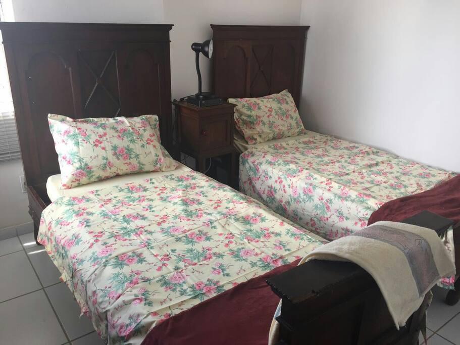 Quarto com duas camas de solteiro e ar condicionado