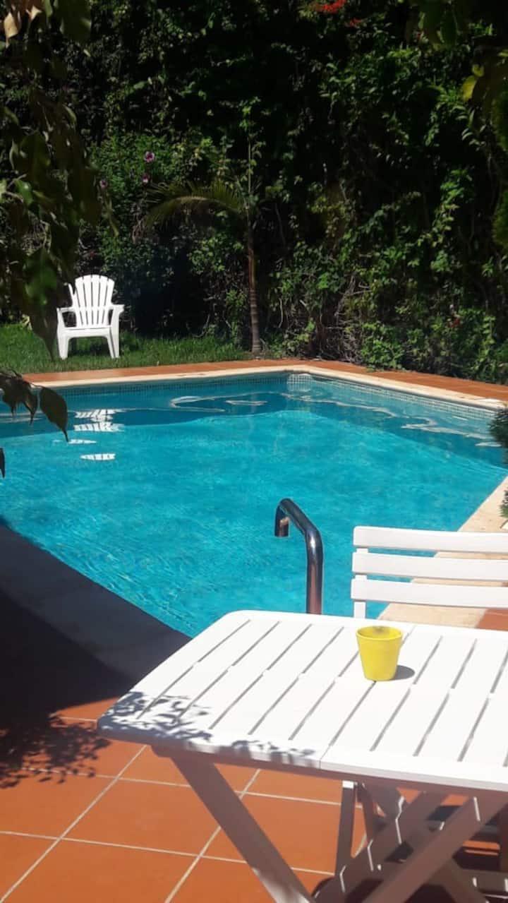 Apartamento limpio y conveniente con piscina