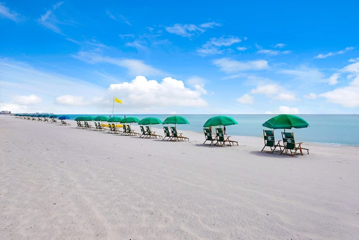 Family friendly condo on the beach HEATED POOL 🏖