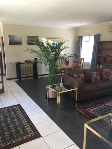 Large apartment in a beautiful secure estate. - Sandton - Apartament