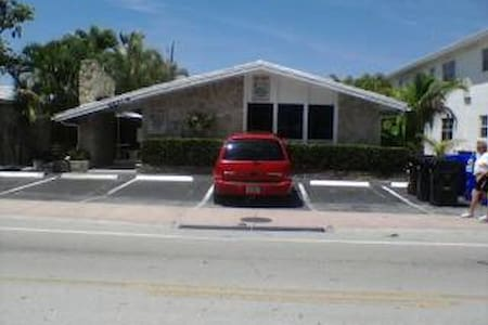 1/1 on ocean dr,walk to bch,shops cafe's - Lauderdale-by-the-Sea