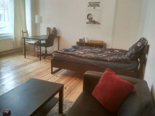 Spacious room next to Mauer Park