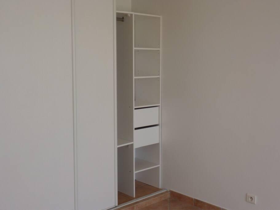 Un placard avec rangements dans chaque chambre