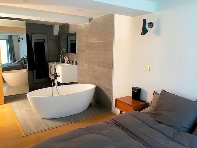 Chambre parentale avec salle de bain et douche
