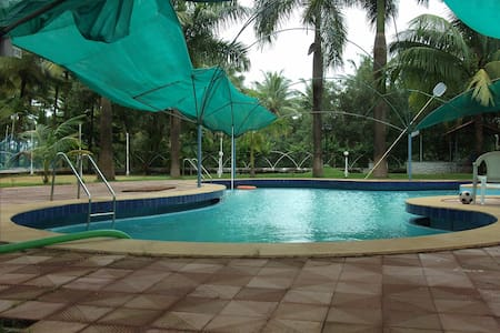 Beachside Estate with Swimming Pool (Pets Welcome)