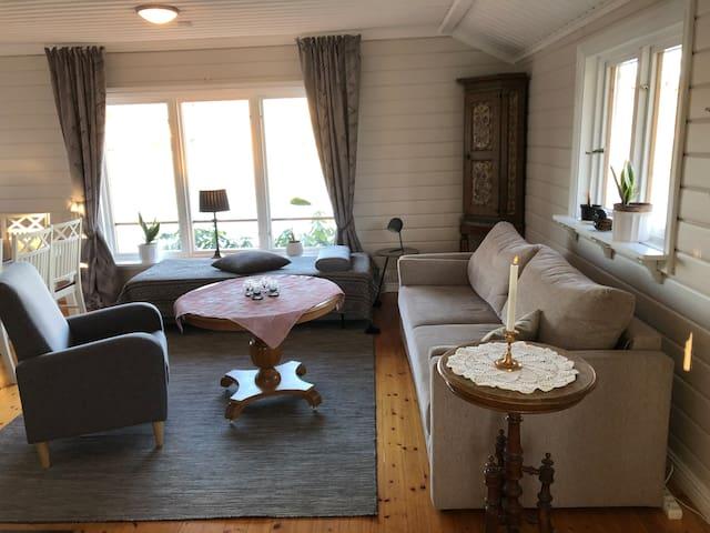 Vardagsrummet. Bäddsoffa Vinter och sommardäcken finns till alla bäddar