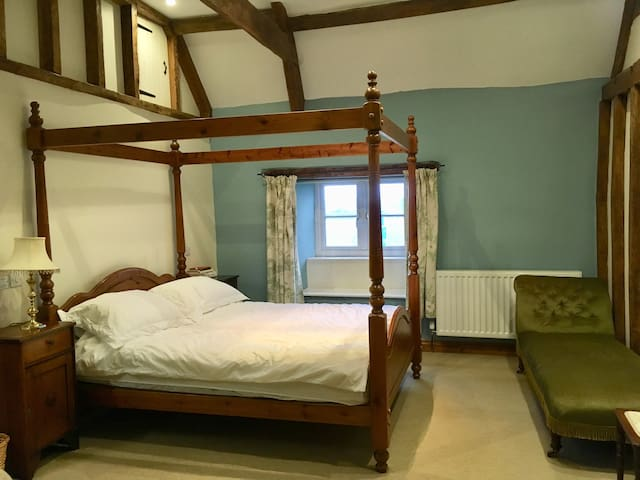 Four Poster Farmhouse B&B - a touch special!