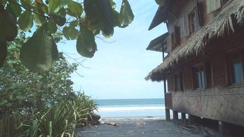 Casa Yarumo Mompiche, 1er piso, frente playa tranq