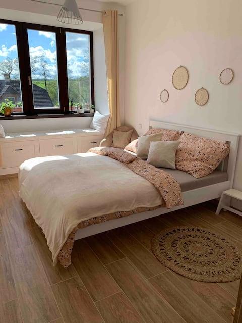 Útulný stylově zařízený pokoj