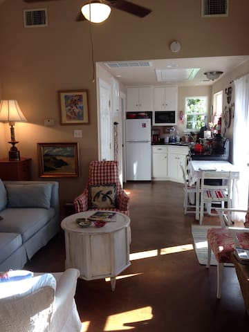 The Crow cottage near UT & downtown-most walkable