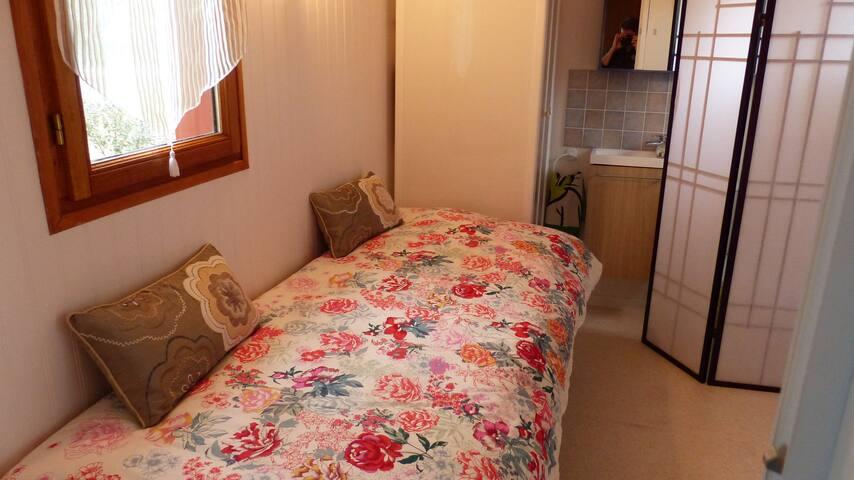 chambre 3 lit banquette 90 à 180 avec douche lavabo et WC