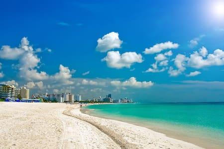 Beach Haven by SoBe, 4 Blocks to Sand, Sleeps 10 - Miami Beach - Apartamento