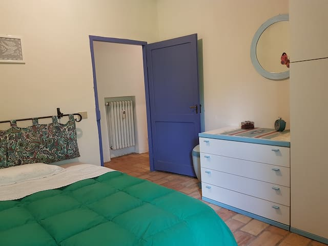 Bedroom with a large bed (140 cm wide)