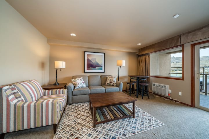 GrandView River View 630! Luxury 1-bedroom waterfront condo, sleeps up to 6!