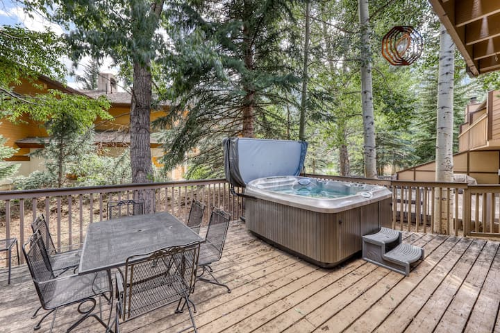 Stunning townhouse w/ private hot tub & deck - close to town & skiing at Vail!