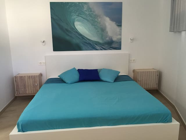 Bedroom with kingsize bed - a surfers dream