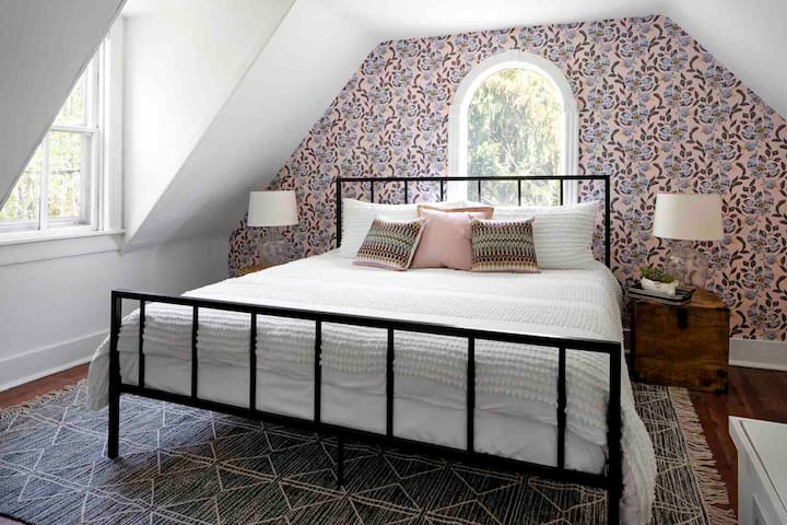 3rd floor bedroom with king size bed and twin bed