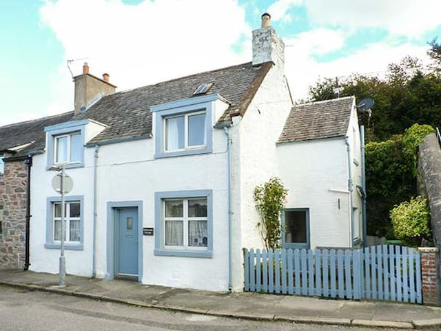 NATHANIEL'S COTTAGE, family friendly in Kirkcudbright, Ref 946854
